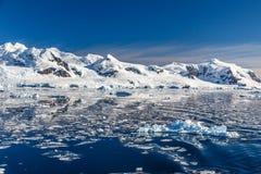 Βουνό και ο παγετώνας που απεικονίζεται στα ανταρκτικά νερά του ΝΕ Στοκ φωτογραφία με δικαίωμα ελεύθερης χρήσης