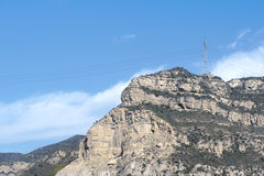 Βουνό και πύργος υψηλής τάσης Στοκ Εικόνες