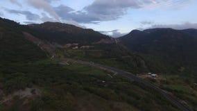 Βουνό και δρόμος ταξιδιού απόθεμα βίντεο