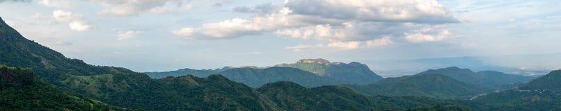 Βουνό και σύννεφα στο βροχερό καιρό Σκηνή πανοράματος στοκ εικόνα με δικαίωμα ελεύθερης χρήσης