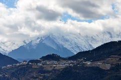 Βουνό και χωριό χιονιού Meili Στοκ Εικόνες