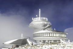 Βουνό Κα ÅšnieÅ ¼ στα γιγαντιαία βουνά στη χειμερινή τήβεννο στοκ φωτογραφία