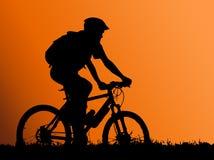 βουνό κοριτσιών ποδηλατών Στοκ Φωτογραφίες