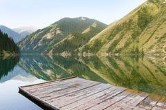 Βουνό με τα δέντρα πεύκων που απεικονίζονται σε μια λίμνη Στοκ Φωτογραφίες