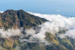 Βουνό με τα σύννεφα χαμηλού υψομέτρου ανωτέρω Βουνό Rinjani, Lombok, Ινδονησία Στοκ εικόνες με δικαίωμα ελεύθερης χρήσης