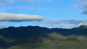 Βουνό με τον ουρανό και το σύννεφο απόθεμα βίντεο