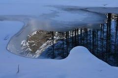 Βουνό που απεικονίζεται σε μια παγωμένη λίμνη Στοκ Εικόνες
