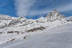 Βουνό που κάνει σκι - άποψη σε Matterhorn, Ιταλία, Valle d& x27 Aosta, Cervinia Στοκ φωτογραφία με δικαίωμα ελεύθερης χρήσης