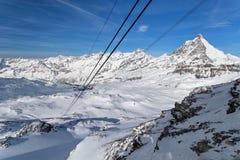 Βουνό που κάνει σκι - η πανοραμική άποψη από το οροπέδιο αυξήθηκε σε Matterhorn, Ιταλία, Valle d& x27 Aosta, Cervinia Στοκ Φωτογραφίες