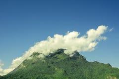 Βουνό που καλύπτεται με τα σύννεφα και τις ομίχλες πάνω από το βουνό στοκ φωτογραφία