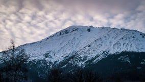 Βουνό που καλύπτεται με το χιόνι Στοκ Φωτογραφίες