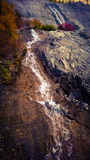 Βουνό που κυλά την πτώση νερού βουνών φωτός του ήλιου και καταρρακτών σύννεφων Στοκ Εικόνες