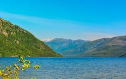 Βουνό στη λίμνη Frolikha Στοκ Φωτογραφίες