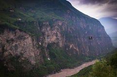 Βουνό στον ποταμό Jinsha Στοκ εικόνα με δικαίωμα ελεύθερης χρήσης
