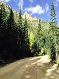 Βουνό στο μπλε ουρανό πέρα από το βρώμικο δρόμο στοκ φωτογραφίες