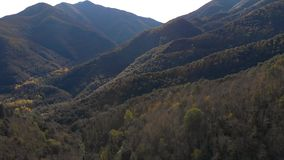Βουνό της Νίκαιας από την Ισπανία κοντά στο χωριό Osor στην Καταλωνία απόθεμα βίντεο
