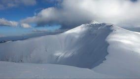 Βουνό της χειμερινής Σλοβακίας πέρα από τα σύννεφα - χρονικό σφάλμα απόθεμα βίντεο