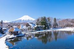 Βουνό του Φούτζι από το χωριό Oshino Στοκ Φωτογραφίες