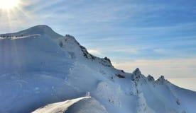 Βουνό το χειμώνα με τον ήλιο Στοκ Φωτογραφίες