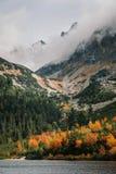 Βουνό φθινοπώρου και λίμνη pleso Popradske σε υψηλό Tatras, Σλοβακία στοκ εικόνα