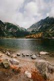 Βουνό φθινοπώρου και λίμνη pleso Popradske σε υψηλό Tatras, Σλοβακία στοκ φωτογραφία με δικαίωμα ελεύθερης χρήσης