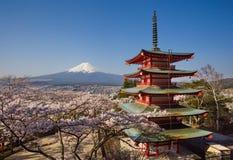 Βουνό Φούτζι και κόκκινη παγόδα Chureito με το sakura ανθών κερασιών Στοκ φωτογραφία με δικαίωμα ελεύθερης χρήσης