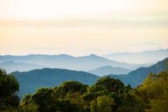 Βουνό φυσικό με την ομίχλη στην Ταϊλάνδη, στρώμα από τη φύση Στοκ εικόνα με δικαίωμα ελεύθερης χρήσης