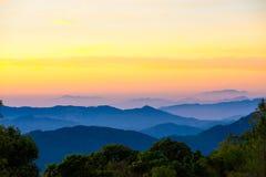 Βουνό φυσικό με την ομίχλη στην Ταϊλάνδη, στρώμα από τη φύση Στοκ Εικόνα