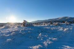 Βουνό χειμερινών τομέων ηλιοβασιλέματος Στοκ Εικόνες