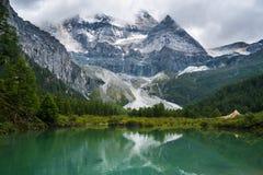 Βουνό χιονιού και λίμνη ορεινών περιοχών στο shangri-Λα στοκ εικόνες