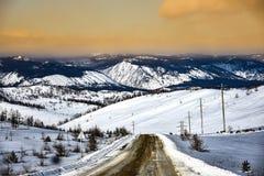 Βουνό χιονιού και πορτοκαλής ουρανός Στοκ Φωτογραφίες