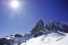 Βουνό χιονιού με τον ηλιόλουστο ουρανό Στοκ Εικόνες