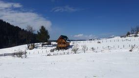 Βουνό χιονιού με το βαθύ μπλε ουρανό Καρπάθιος, Ουκρανία, Ευρώπη στοκ εικόνες