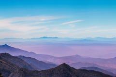 Βουνό χρώματος κρητιδογραφιών με misty στο πρωί στην Ταϊλάνδη Στοκ εικόνα με δικαίωμα ελεύθερης χρήσης