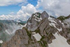 Βουνό Altmann σε Alpstein, σύννεφα, μπλε ουρανός Στοκ φωτογραφία με δικαίωμα ελεύθερης χρήσης