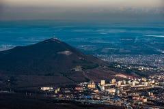 Βουνό Beshtau στην άνοιξη σε Pyatigorsk, Ρωσία Στοκ Φωτογραφία