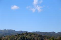 Βουνό BlueBlue με το μπλε ουρανό και τα σύννεφα Στοκ Εικόνα