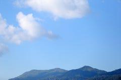 Βουνό BlueBlue με το μπλε ουρανό και τα σύννεφα Στοκ φωτογραφία με δικαίωμα ελεύθερης χρήσης