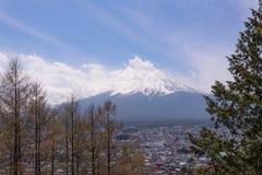 Βουνό Fujiyama, ένα αξιοπρόσεκτο σημάδι εδάφους της Ιαπωνίας σε μια νεφελώδη ημέρα με το άνθος κερασιών ή Sakura στο πλαίσιο Η ει Στοκ Φωτογραφία