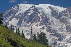 Βουνό Glaciated που εμφανίζεται επάνω από την κορυφογραμμή στοκ εικόνες