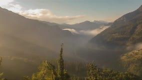 Βουνό Kalavrita στη γρήγορη κίνηση της Ελλάδας Δραματικός ουρανός με την ομίχλη φιλμ μικρού μήκους