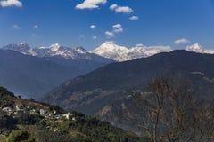 Βουνό Kangchenjunga με τα σύννεφα ανωτέρω και τα χωριά βουνών ` s που βλέπουν το πρωί στο Sikkim, Ινδία Στοκ Εικόνες