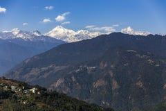 Βουνό Kangchenjunga με τα σύννεφα ανωτέρω και τα χωριά βουνών ` s που βλέπουν το πρωί στο Sikkim, Ινδία Στοκ Εικόνα