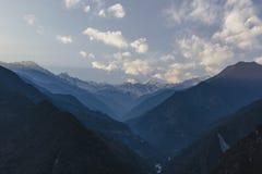 Βουνό Kangchenjunga με τα σύννεφα ανωτέρω Μεταξύ των πράσινων λόφων με τους ανθρώπους που βλέπουν το βράδυ στο βόρειο Sikkim, Ινδ Στοκ Φωτογραφία