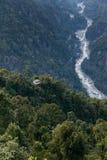 Βουνό Kangchenjunga με τα σύννεφα ανωτέρω Μεταξύ των πράσινων λόφων με το συγκεκριμένους φρούριο και τον ποταμό που βλέπουν το βρ Στοκ Εικόνες