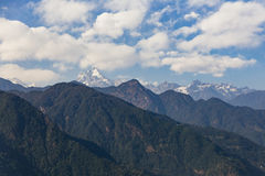 Βουνό Kangchenjunga με τα σύννεφα ανωτέρω Μεταξύ των πράσινων λόφων που βλέπουν το βράδυ στο βόρειο Sikkim, Ινδία Στοκ φωτογραφία με δικαίωμα ελεύθερης χρήσης