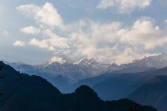 Βουνό Kangchenjunga με τα σύννεφα ανωτέρω Μεταξύ των πράσινων λόφων που βλέπουν το βράδυ στο βόρειο Sikkim, Ινδία Στοκ Φωτογραφίες