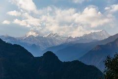 Βουνό Kangchenjunga με τα σύννεφα ανωτέρω Μεταξύ των πράσινων λόφων που βλέπουν το βράδυ στο βόρειο Sikkim, Ινδία Στοκ Εικόνες