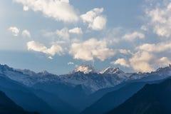 Βουνό Kangchenjunga με τα σύννεφα ανωτέρω Μεταξύ των πράσινων λόφων που βλέπουν το βράδυ στο βόρειο Sikkim, Ινδία Στοκ Φωτογραφία