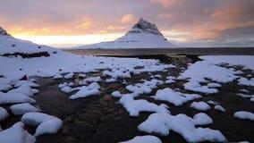 Βουνό Kirkjufell και ποταμός στη χειμερινή ανατολή, Ισλανδία απόθεμα βίντεο
